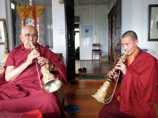 儀式で使う楽器の使い方について学ぶ