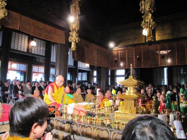 護国寺の大壇にて犠牲者の供養を祈るダライラマ法王
