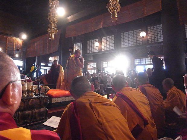 法話をする法王猊下の言葉に耳を傾けるチベットの僧たち