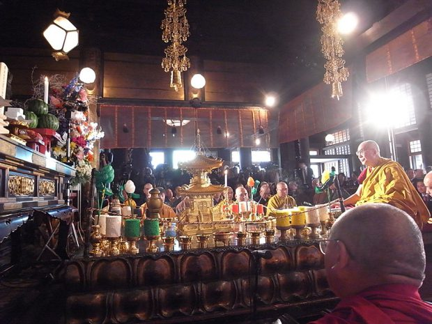 チベットと日本の僧侶が心を一つに般若心経を読誦