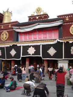 聖地ラサの中心にある最も聖なる寺院・ジョカン前にて、一心に五体投地の祈りを捧げる人々(2005年チベット)