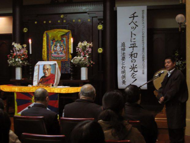 挨拶するダライラマ法王日本代表部のラクパ代表