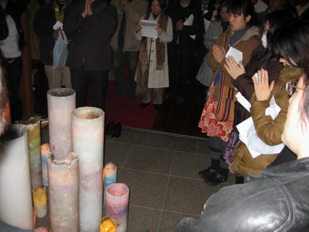 キャンドル・ジュン氏による美しいキャンドルと参加者が平和を祈念する