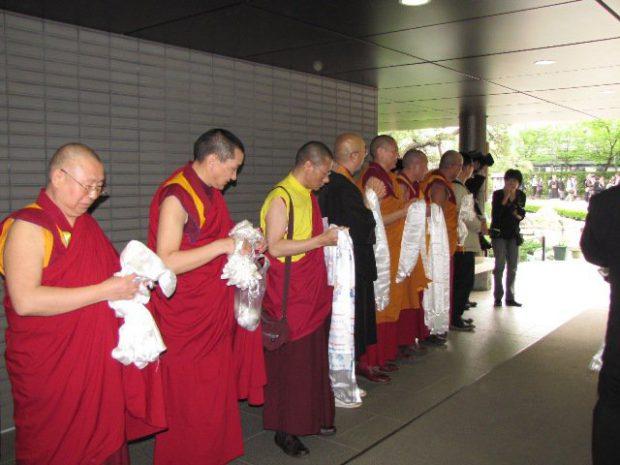 法王様の到着を待つ僧侶たち
