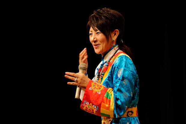 講演中のバイマー・ヤンジンさん