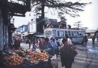 1991年のダラムサラのメインストリーとマクロードガンジーのデリーからのバス到着場所(撮影:薄井大還、以下同じ)