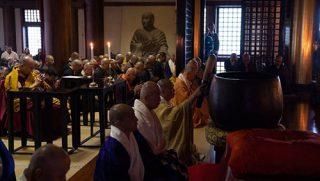 福岡の東長寺で行われた追悼法要で、被災者のために祈りを捧げられるダライ・ラマ法王。2018年11月22日、福岡(撮影:テンジン・チュンジョル / 法王庁)
