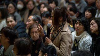 福岡の東長寺で行われた追悼法要で、ダライ・ラマ法王に質問をする参加者。2018年11月22日、福岡(撮影:テンジン・チュンジョル / 法王庁)