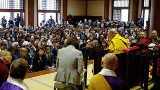福岡の東長寺で行われた追悼法要の終わりに、聴衆の質問に答えられるダライ・ラマ法王。2018年11月22日、福岡(撮影:テンジン・ジグメ / 法王庁)