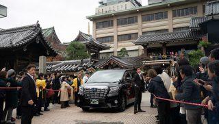 福岡の東長寺で行われた追悼法要と講演が終了し、ホテルに戻られるダライ・ラマ法王をお見送りする人々。2018年11月22日、福岡(撮影:テンジン・チュンジョル / 法王庁)