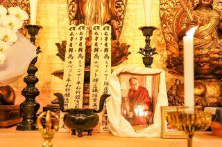 祭壇に飾られたチベット・ミャンマーの平和祈願と犠牲者追悼の卒塔婆、およびダライ・ラマ14世、パンチェン・ラマ11世の写真